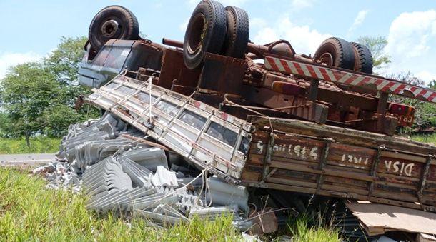 Apesar de o veículo ter ficado com as quatro rodas para cima, o motorista não sofreu ferimentos.