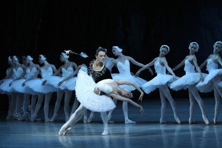""".</p> <p style=""""text-align: justify"""">A Royal Opera House apresenta mais de 400 espetáculos por ano no seu consagrado teatro em Londres, em Covent Garden, e atinge um público de mais de 650 mil pessoas. Em 2012, mais de 7,5 milhões de pessoas apreciaram o"""