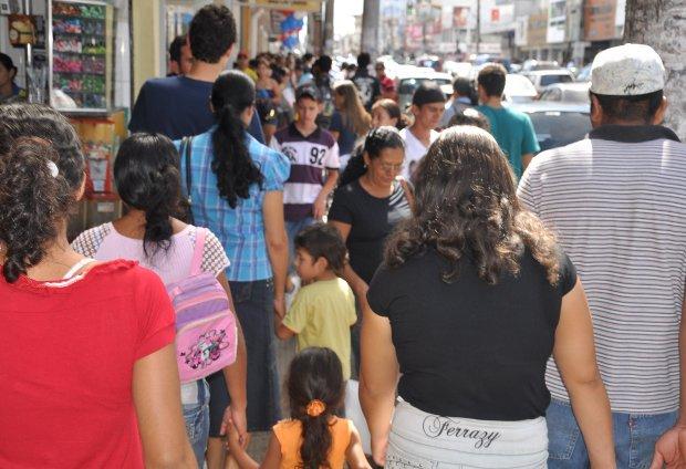 De olho no Natal, o comércio de Campo Grande começou a trabalhar em novo horário especial.  Segundo a Associação Comercial e Industrial de Campo Grande (ACICG) as lojas de rua, tanto no centro, como nos bairros, passam a atender às 22h a partir dest