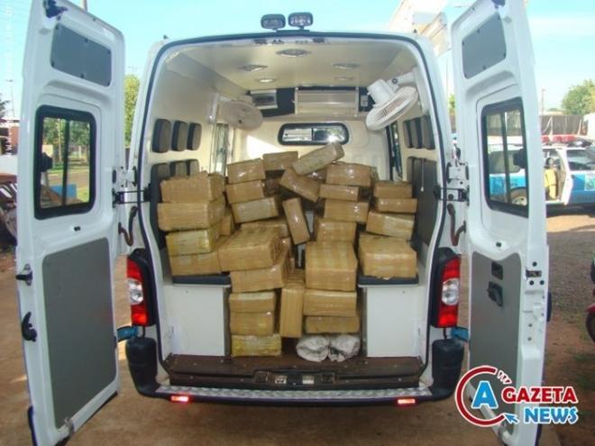 A Polícia Militar realizou a apreensão na madrugada desse domingo, 1 de dezembro, em Coronel Sapucaia, a 420 km da Capital, de 2 mil e 300 quilos de maconha. A droga, em forma de tabletes e acondicionada em fardos de náilon, era transportada na carroc