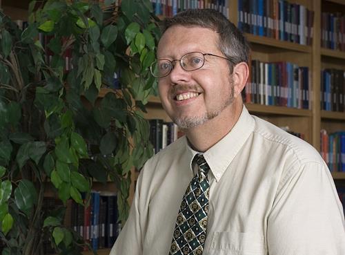 """<p style=""""text-align: justify;"""">Craig Blomberg é considerado uma das autoridades mais importantes nas biografias de Jesus, os quatro evangelhos.Ele é professor sênior de Novo Testamento no Denver Seminary em Littleton, Colorado.Obteve o seu bacharelat"""