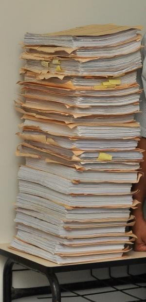 """</p> <p style=""""text-align: justify;"""">Olhando, assim, para esta pilha de documentos – uma produção fotográfica autorizada pelo secretário municipal de governo José Jorge Leite Zito Filho numa deferência a este<strong><em>Blog</em></strong>– chega-se à c"""