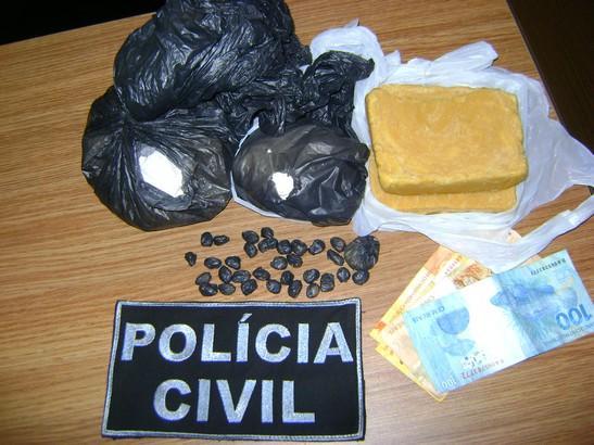 Os investigadores realizaram buscas na casa do acusado, onde encontraram dois tabletes de pasta base de cocaína.
