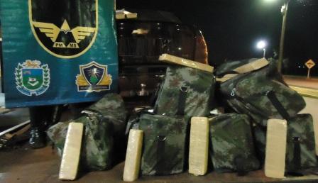 Um veículo com placa de Colombo (PR), foi apreendido por policiais militares rodoviários de Ponta Porã, a 355 km de Campo Grande, na noite de ontem.  Por volta das 21h quando a guarnição realizava patrulhamento ao longo da Rodovia MS 280,