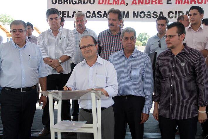 José Carlos Barbosa, com o governador André Puccinelli, o prefeito municipal Erney Cunha, deputados estaduais e vereadores, no dia 6 de dezembro, durante entrega de unidades habitacionais.