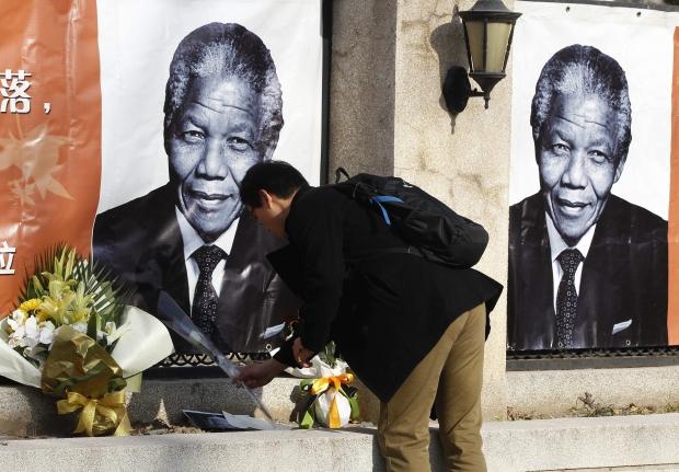 """. Dos subúrbios brancos das grandes cidades às townships (favelas) de maioria negra, bandeiras a meio mastro, canções, orações e lágrimas deram o tom da despedida ao ícone da luta contra o apartheid.</p> <p style=""""text-align: justify;"""">O governo sul-afri"""
