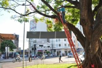 Decoração sendo instalada na Afonso Pena com a rua 14 de Julho<br />Foto: Mário Bueno