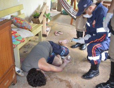 """</p> <p style=""""text-align: justify"""">Roney Barbosa França, de 39 anos, foi encontrado morto na manhã desta quinta-feira (19). Ele estava caído na varanda de uma residência localizada na rua Daniel Cesário, no bairro Senhor Divino, em Coxim.</p> <p style="""