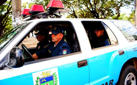 Quando os policiais foram fazer abordagem nos indivíduos, o veículo iniciou fuga.