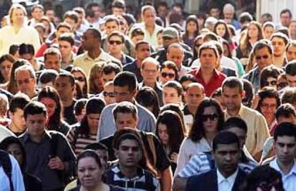 </p> A expectativa de vida ao nascer no Brasil chegou a 74,6 anos em 2012, segundo dados divulgados hoje (2) pelo Instituto Brasileiro de Geografia e Estatística (IBGE) no<em>Diário Oficial da União</em>. Em 2011, a expectativa de vida era 74,08 anos.