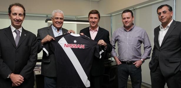 Dinamite exibe camisa do Vasco com o patrocínio da Nissan na assinatura do contrato (19/07/2013)<br />Foto: Divulgação/Vasco