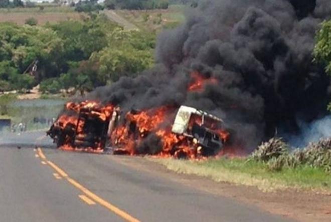 O Corpo de Bombeiros de Nova Andradina, que atendeu a ocorrência, confirma seis mortes, de cinco passageiros da van e o motorista do caminhão. Todos morreram queimados.