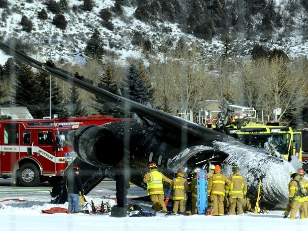 Equipe de emergência trabalha no resgate dos passageiros do avião que caiu em Aspen<br />Foto: The Aspen Times, Leigh Vogel / AP