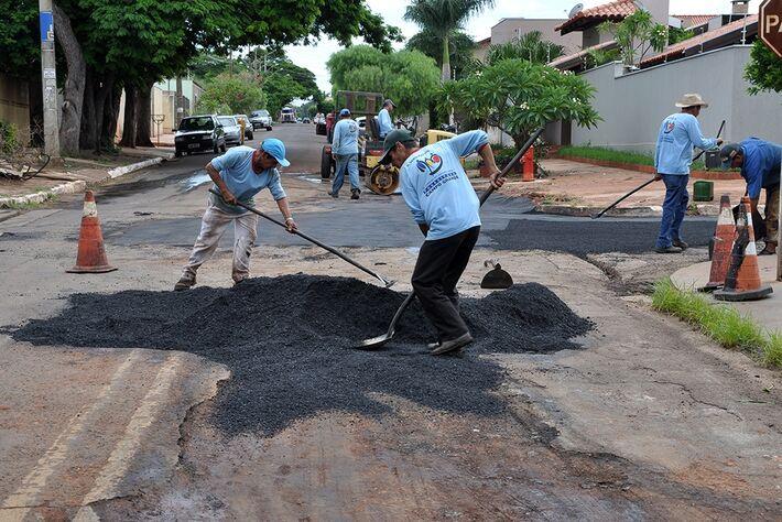Homens trabalhando na recuperação de ruas da Capital<br />Foto: Assessoria da Prefeitura