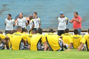 Presidente Joaquim Soares conversa com jogadores por mais de 30 minutos na tarde ontem<br />Foto: Exportiva do MS