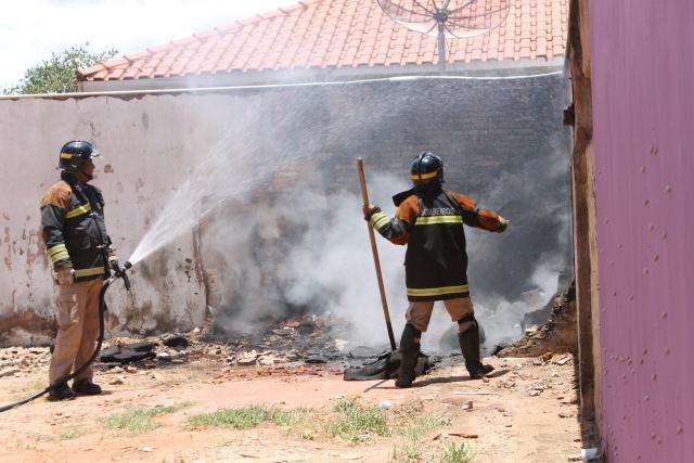 Bombeiros apagam últimas chamas do incêndio no centro de Três Lagoas<br />Foto: Jean Souza