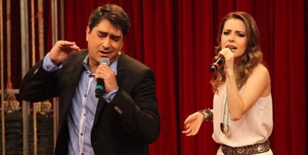 Zeca Camargo com Sandy no Vídeo Show do último dia 1°; entrevistas geraram reclassificação do programa<br />Foto: Divulgação