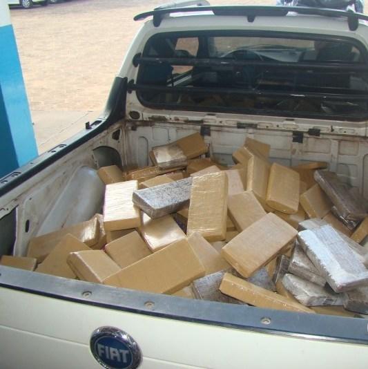 A droga, a Fiat Strada onde a maconha era transportada e o motorista da pick-up, Wanderson Benevides, de 38 anos.<br />Foto: A Gazeta News