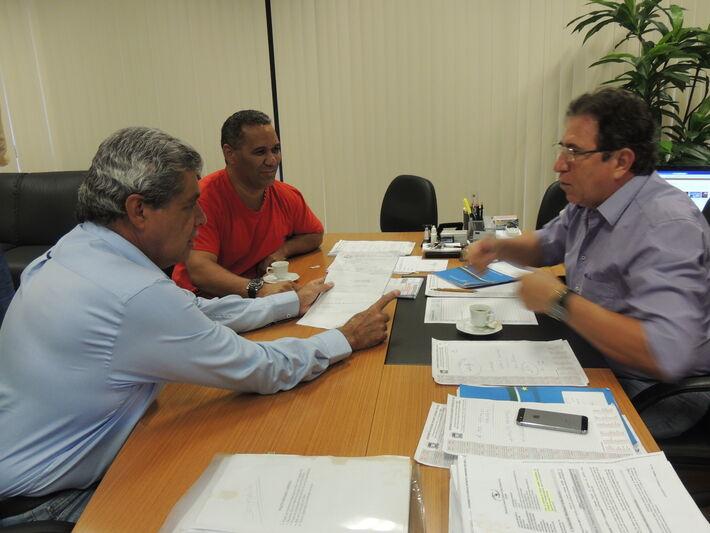 Governador André Puccinelli, vereador Chiquinho Telles e secretário Edson Giroto<br />Foto: Assessoria