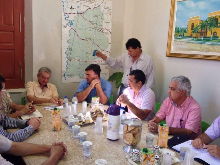 Heitor recebe lideranças paraguais na Pefeitura de Porto Murtinho<br />Foto Toninho Ruiz