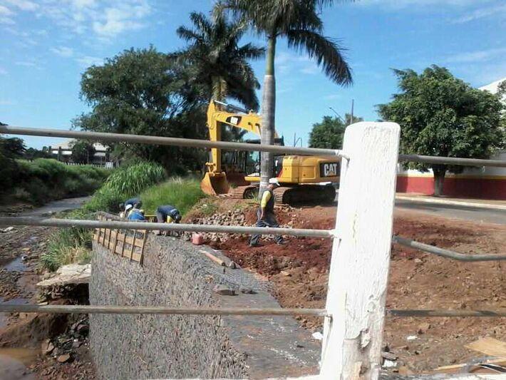 Muro de gabião sendo construído no córrego Anhanduí<br />Foto: Heloísa Lazarini