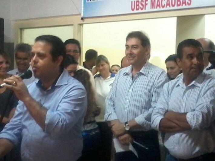 Secretário Ivandro Fonseca em seu discurso. Ao fundo o prefeito Alcides Bernal (PP) e o vereador Ayrton Araújo do PT