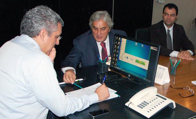 Senador Delcídio do Amaral em reunião com ministro da saúde Alexandre Padilha.