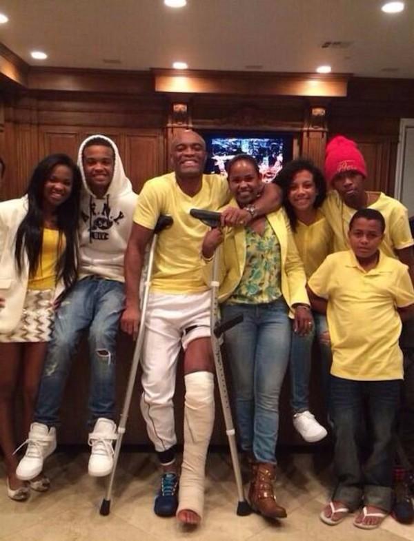 """<p style=""""text-align: justify;"""">O lutador Anderson Silva postou foto com sua família nas redes sociais e utilizou os meios para agradecer o apoio de fãs e amigos após deixar o hospital em Las Vegas, onde passou por uma cirurgia por ter fraturado dois os"""