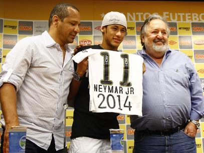 """""""Por enquanto estamos acompanhando. Caso se confirmem as acusações, de que o Neymar já estava vendido ao Barcelona desde 2011 ou que o Santos tomou um chapéu do pai do Neymar ou do Sandro Rosell (ex-presidente do Barcelona), fica provado que essa é um"""