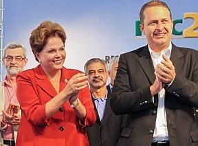 """feitas pelo governador de Pernambuco ao governo Dilma, mas diz não ter aprovado previamente o material.</p> <p style=""""text-align: justify;"""">A ordem entre os auxiliares diretos de Dilma, a partir da estratégia já definida, é não esticar a polêmica públic"""