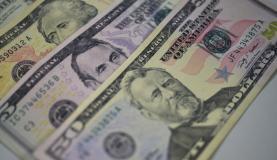 Com a instabilidade, o dólar no Brasil tem superado o valor de R$ 2,40<br />Foto: Agência Brasil/Arquivo