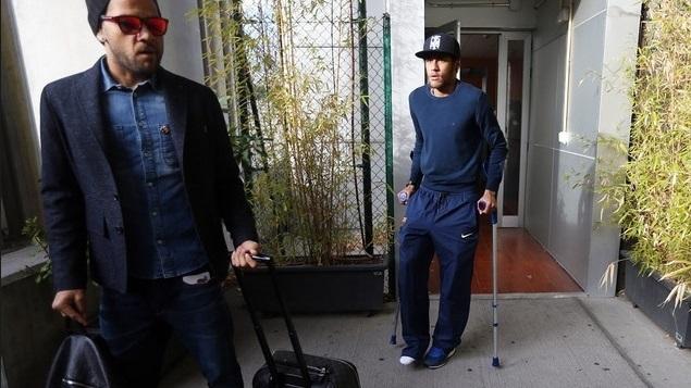 Ao lado de Daniel Alves, Neymar aparece de muleta após se lesionar na partida da Copa do Rei entre Barcelona e Getafe<br />Foto: Divulgação/Barcelona/Miguel Ruiz
