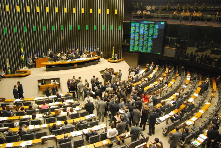 Enquanto o novo líder do PT, deputado Vicentinho (SP), pretende ser um elo de reaproximação do governo Dilma Rousseff com o movimento sindical, o tucano Antonio Imbassahy (BA) foi bancado pelo provável candidato à Presidência do PSDB, Aécio Neves (MG)