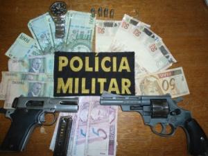"""</p> <p style=""""text-align: justify;"""">Após serem visualizados, os dois suspeitos, Cesar Centurion 20 anos e Eugenio Villalba Martinez 43 anos, correram em lados opostos, sendo que um dos autores de 20 anos, chegou a sacar a arma de fogo que o mesmo portav"""