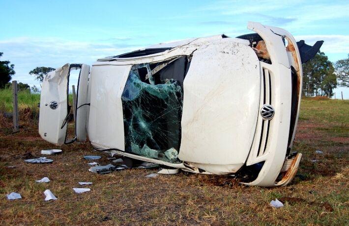 Chegando ao local, nas proximidades do Córrego Escondido, a PMR constatou a veracidade dos fatos. Um veículo VW Gol, com placas de Paranavaí (PR) saiu da rodovia, passou sobre a cerca de arame e parou dentro de uma propriedade rural existente às margens d