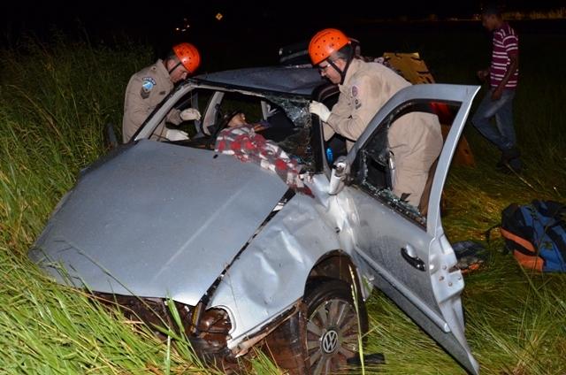 Devido ao acidente, o veículo ficou totalmente destruído e o casal permaneceu preso às ferragens até a chegada do Corpo de Bombeiros, que atendeu e socorreu as vítimas. O homem teve um corte no rosto e possível fratura no braço esquerdo e a mulher teve po