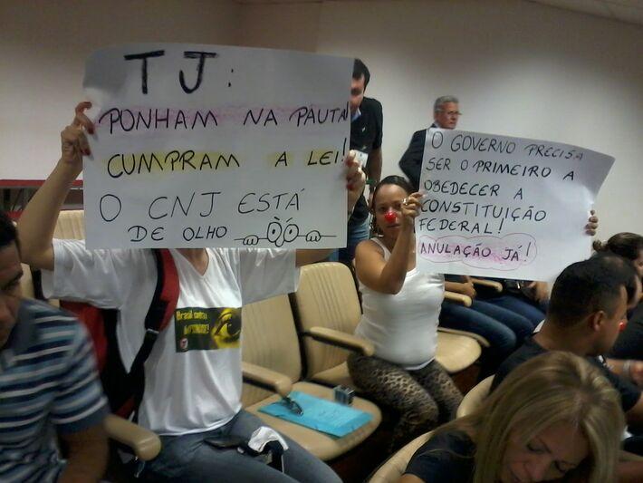 Os estudantes foram até a Assembleia com cartazes e faixas pedindo lisura na realização do concurso (Foto: Dany Nascimento)