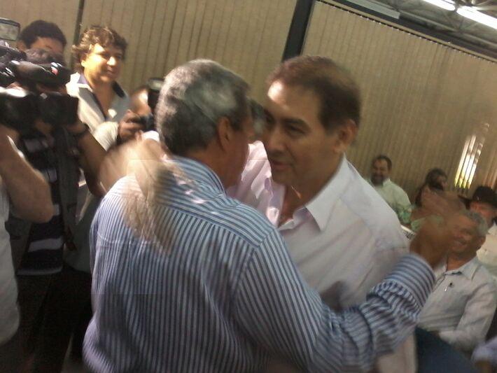 refeito Alcides Bernal (PP) abraça governador André Puccinelli (PMDB)<br />Foto: Diana Christie