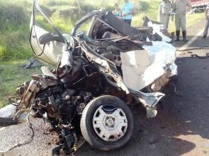 Um jovem morador na cidade de Dourados teve o corpo dilacerado e morreu na hora, após bater em caminhão quando trafegava pela rodovia MS-141, entre os municípios de Ivinhema e Naviraí. O acidente aconteceu por volta das 16h30 de ontem, dia 11 de fevereiro