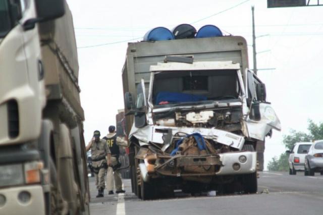 """De acordo com o Campo Grande News, a vítima, Anderson Rogério Carvalho, dirigia um caminhão boiadeiro e não conseguiu frear a tempo para evitar a colisão na traseira de uma carreta carregada com soja.</p> <p style=""""text-align: justify"""">Com o choque, a c"""