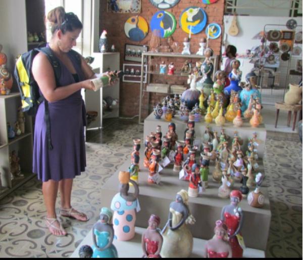 Turista examina uma das peças de artesanato na mostra permanente da Casa do Artesão<br />Foto : Elvio Lopes