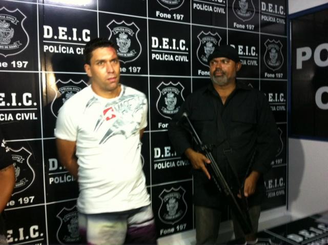 """O douradense Carlos Augusto Cramoliski Oliveira, 30, suspeito de integrar uma facção criminosa paulista, foi preso em Goiânia, capital de Goiás, acusado de assalto.</p> <p style=""""text-align: justify"""">Segundo o 'Canal Gama', ele foi preso por agentes da D"""
