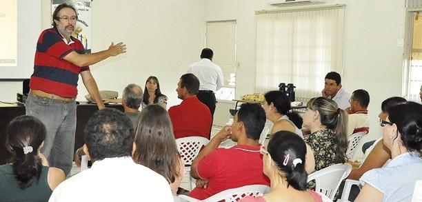 Agentes da Agraer ministram palestras sobre ois problemas enfrentados pela agricultura familiar em Sidrolândia<br />Foto: Região News