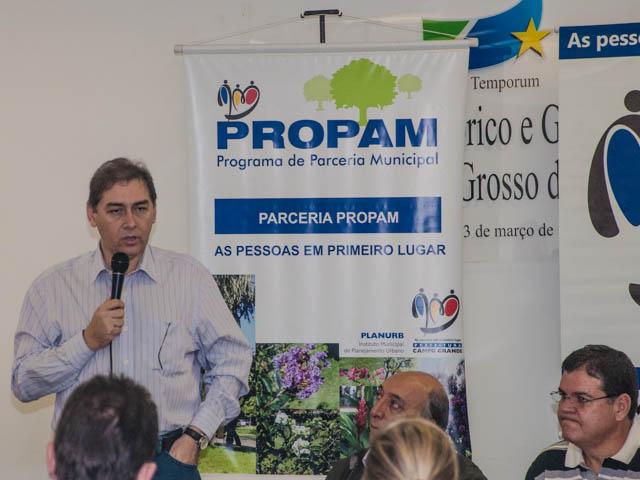 Prefeito Alcides Bernal (PP) durante assinatura de convênios do Propam<br />Foto: Marcelo Calzans