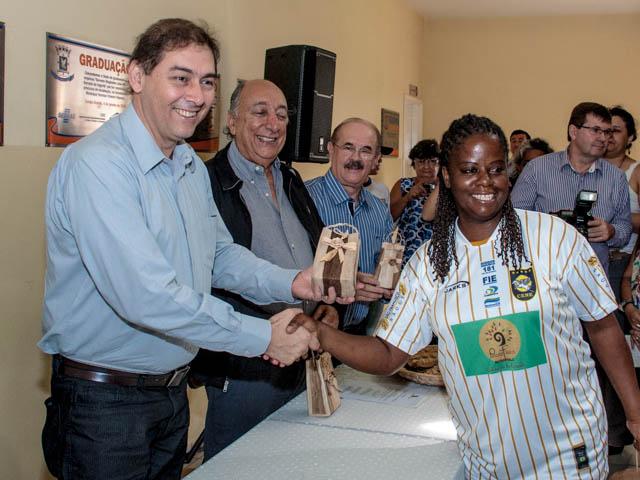 Prefeito de Campo Grande, Alcides Bernal (PP) recebe presente da micro-empresária Rosa da Silva<br />Foto: Marcelo Calazans