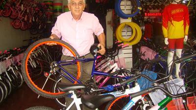 O empresário Romem Barleta escolhendo as bicicletas que serão sorteadas na campanha de incentivo ao alistamento eleitoral e transferência de domicílios eleitorais para Dourados<br />Foto: Nicanor Coelho