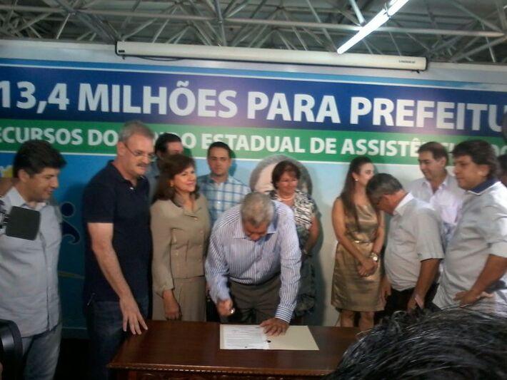 Momento em que Puccinelli assina o Suas<br />Foto: Diana Christie