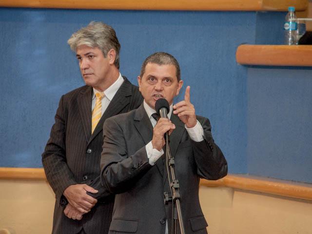 Vereador João Rocha (PSDB) fazendo pronunciamento e vereador Alex do PT ao fundo<br />Foto: Marcelo Calazans