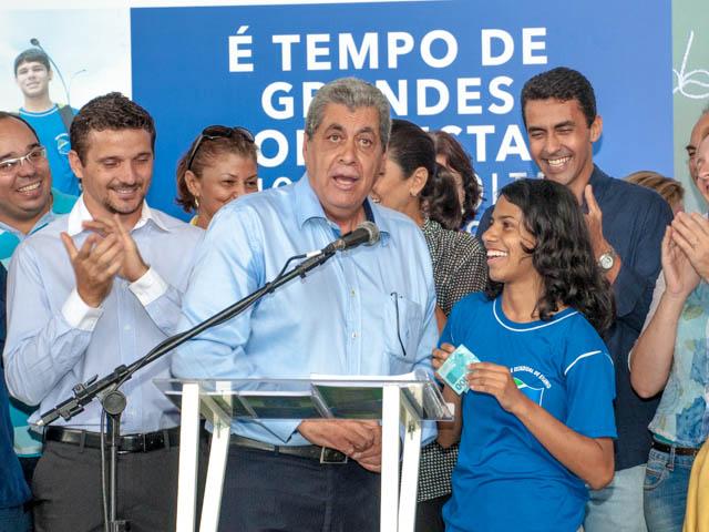 Governador entrega R$ 100,00 a aluna que cantou todo hino do Estado de Mato Grosso do Sul