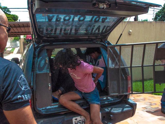 Momento em que os travestis são colocados no camburão<br />Foto: Marcelo Calazans